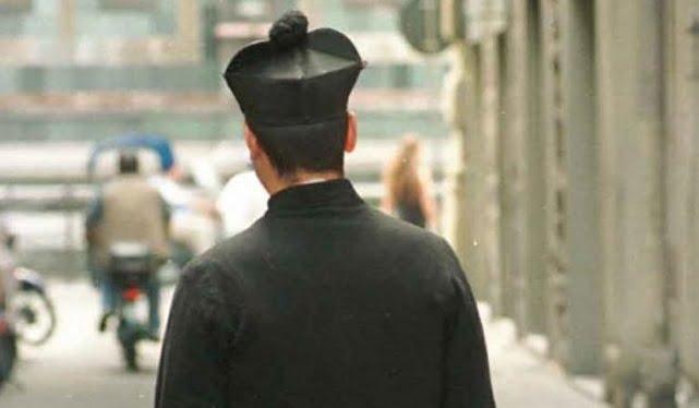 sacerdote-di-spalle